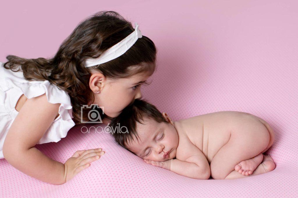 fotos recien nacido con hermanos mayores